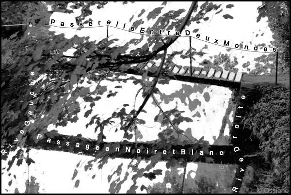 Passage en noir et blanc, passerelle entre deux mondes, rive droite, rive gauche