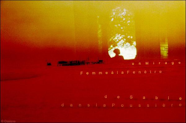 femme à la fenêtre, dans la poussière de sable, un mirage